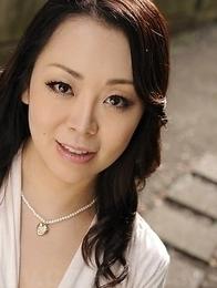 Yuna Yamami in a white dress is very elegant