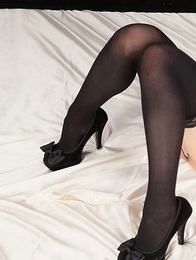 Yui Kawagoe shows off her long legs and stylish black heels in a fun solo gallery