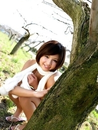 Rina Nagasaki comes in white lingerie to play in nature